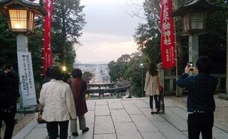 1603121819「宮地嶽神社」参道石段最上部から絶景を見る人たち優013.jpg