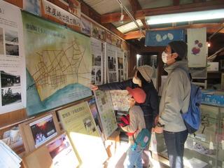 2012061417優・貝寄せ館を見学する津屋崎小2年2組男子と両親6729.JPG