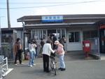 津屋崎駅前で千軒新聞配布