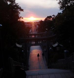 〈事務局日記〉0248:�@「宮地嶽神社」参道絶景地・参道を照らしながら沈む夕陽.JPG