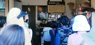 〈事務局日記〉0259:�@1511111026「筑前津屋崎人形巧房」を見学する人たち 001.jpg