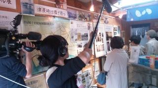 〈事務局日記〉0300:�A1611201327「貝寄せ館」でガイドの志垣幸枝会員を撮るNHKカメラマン002.jpg