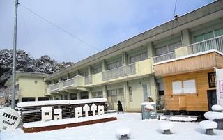 〈事務局日記〉0330:�@写真1802071030雪景色の「いいかねパレット」全景1640.JPG