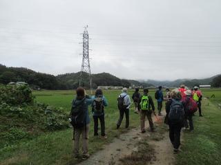 〈事務局日記〉0362:�A1910260945鉄塔上のコウノトリを見る参加者4304.JPG