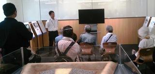〈企画事業〉164:�B1707291226井浦一係長の解説を聞く見学参加者073.jpg