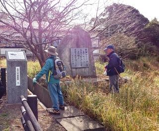 〈企画事業〉177:�A1711141154「万葉歌碑」を見る参加者・「万葉古道の植物探訪025.JPG