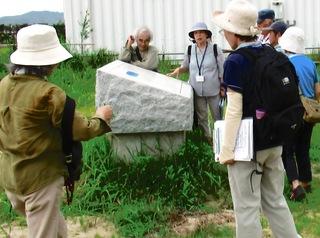 〈企画事業〉183:�AI807291045「朝鮮通信使の石碑」を見る参加者・夏休みウオークIMG_0299.JPG