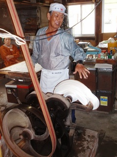 〈企画事業〉081・�@1110241020「つやざき飴作り」で飴引き機を操作する香立尚作さん48.JPG