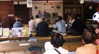 〈企画事業〉080・�A1109251406受講者と津崎米夫講師・05.JPG