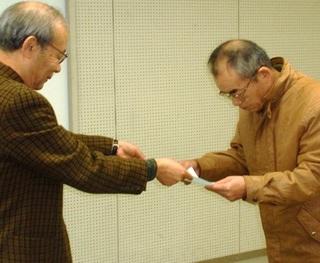 〈企画事業〉086・�@1112151450修了証を受ける松井元興受講生01.JPG