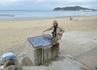 〈活動記録〉0715:�@2103070857版面を水洗いする小野清已会員7214.JPG